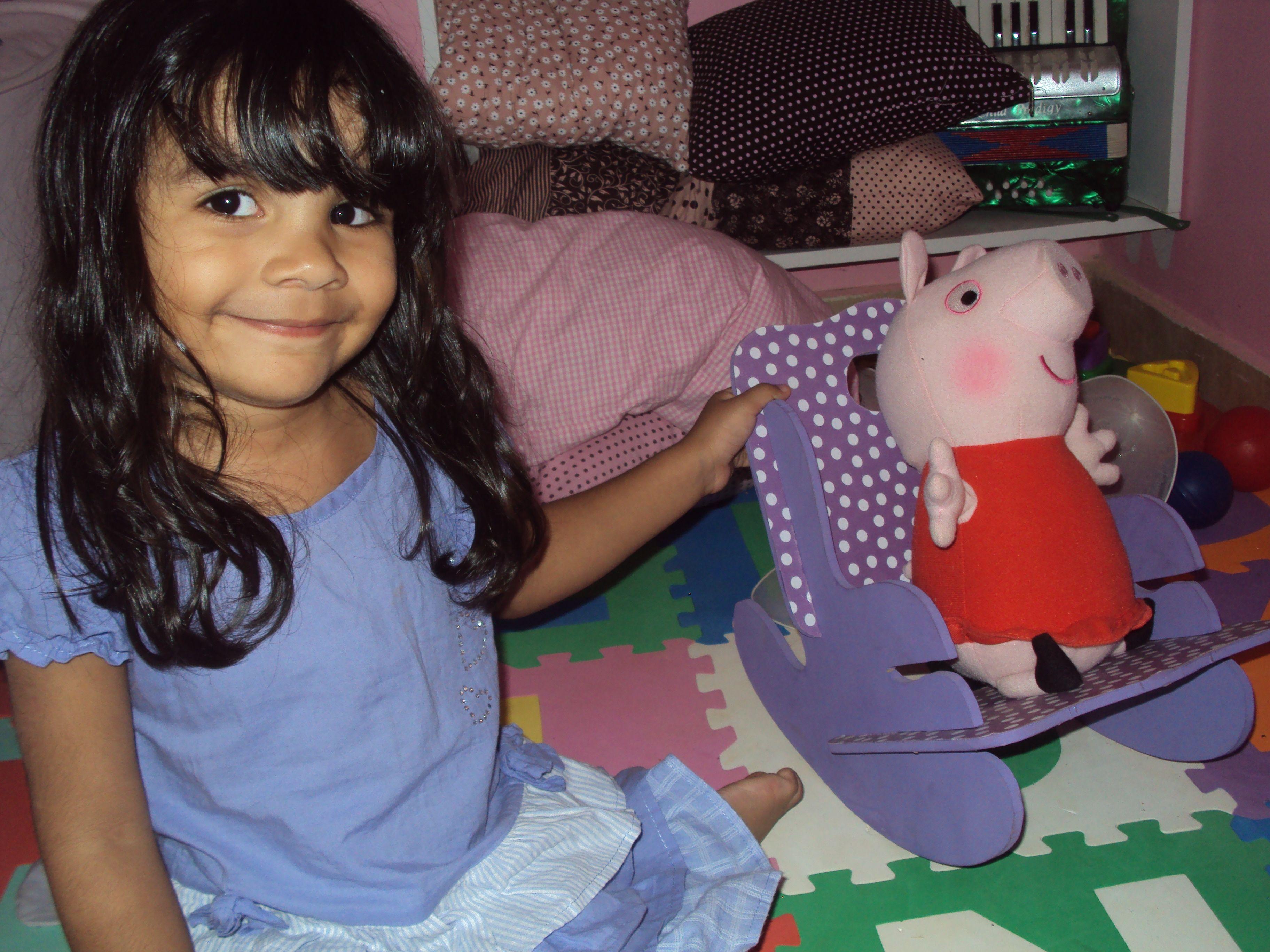 Julia e sua  peppa pig na cadeirinha de balanço