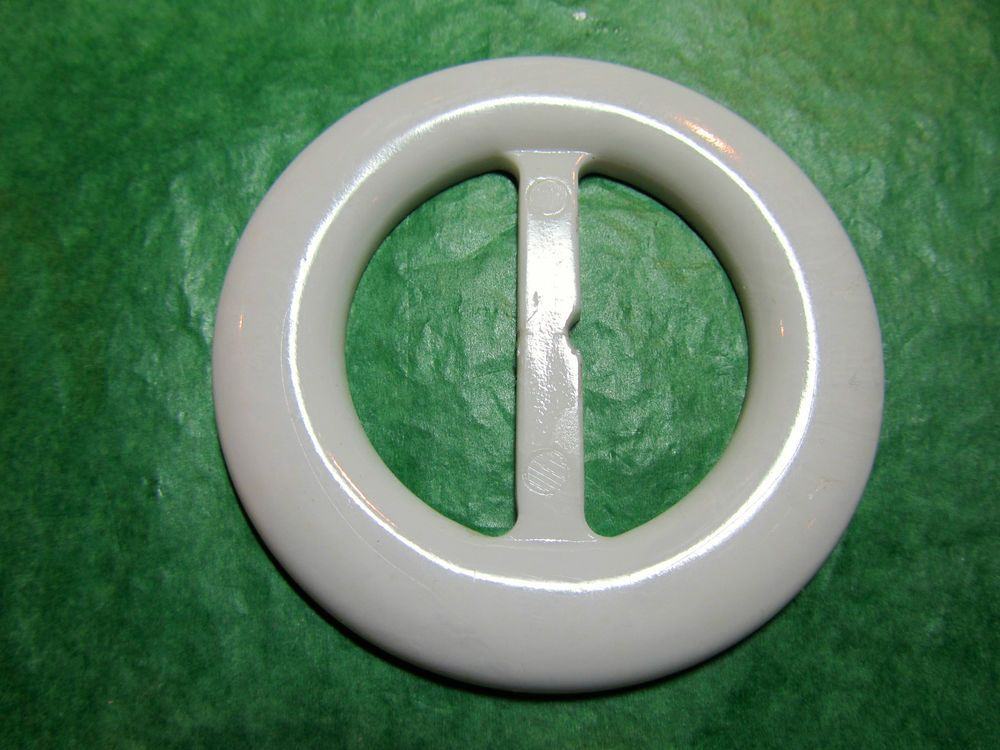 "(1) - 2 & 1/2"" ROUND WHITE PLASTIC BUCKLE SLIDE - Lot#NL677"