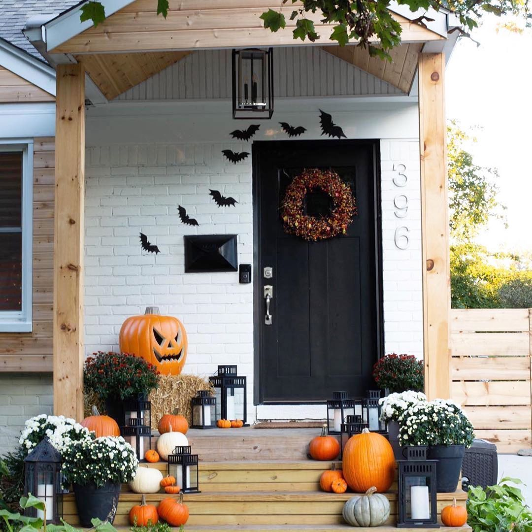 What A Festive Fall Farmhouse Front Porch By Danielle Gutelli The Painted White Brick Black Fron Halloween Front Porch Halloween Front Doors Front Door Decor