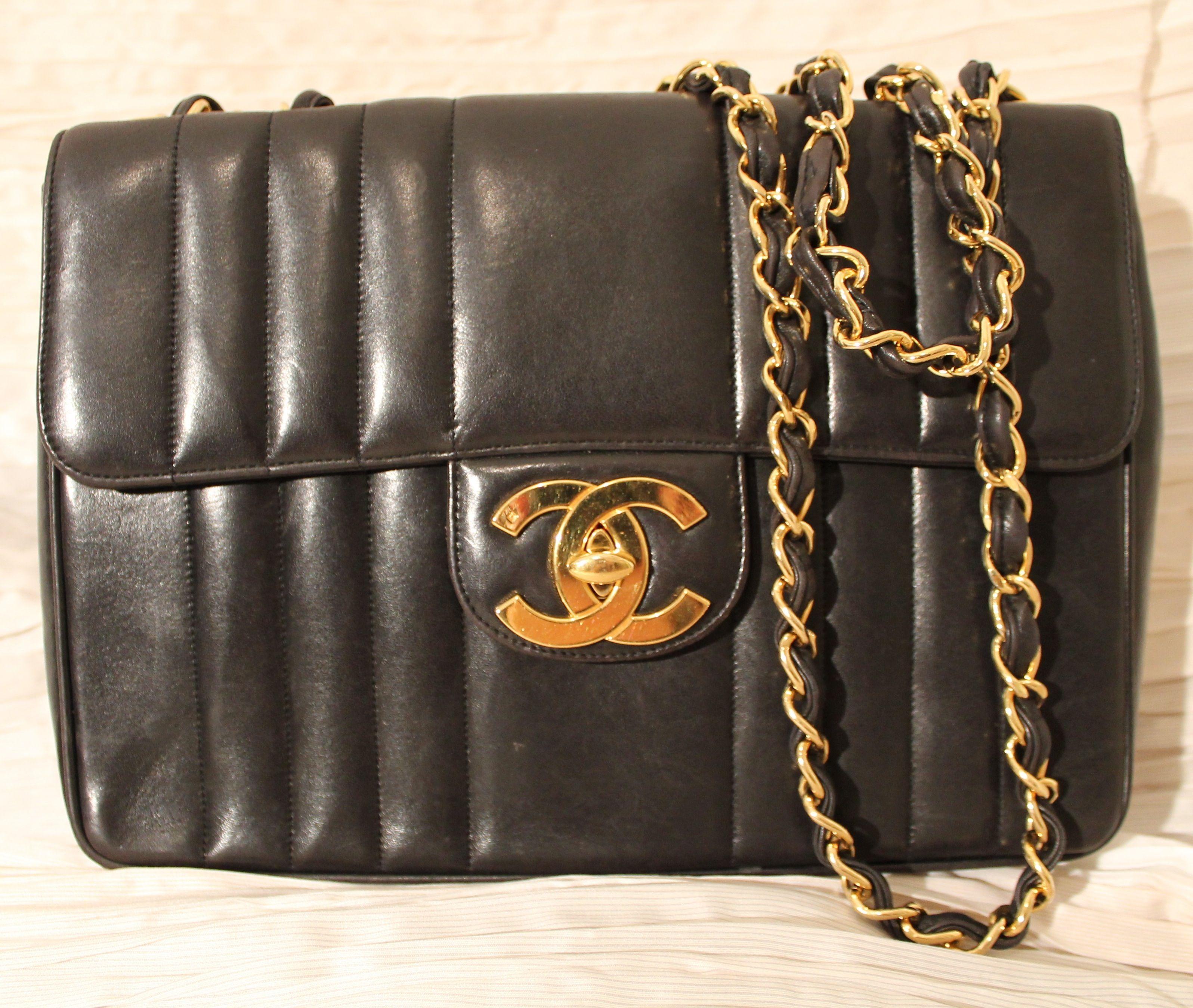 ee656aca90fcbc Borsa Chanel Jumbo in agnello nero vintage. Edizione speciale con matelassé  verticale. Doppia tracolla