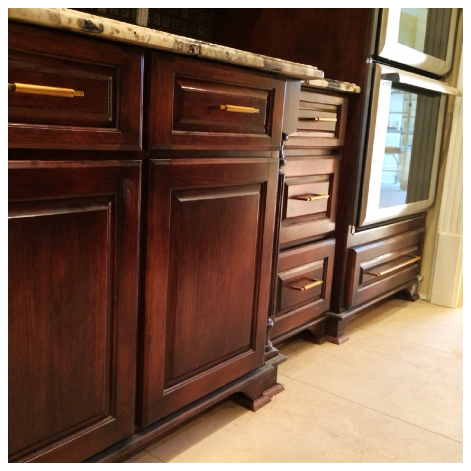 Dark Glaze Enhancing This Red Mahogany Stain Stained Kitchen Cabinets Red Kitchen Cabinets Kitchen Cabinet Styles