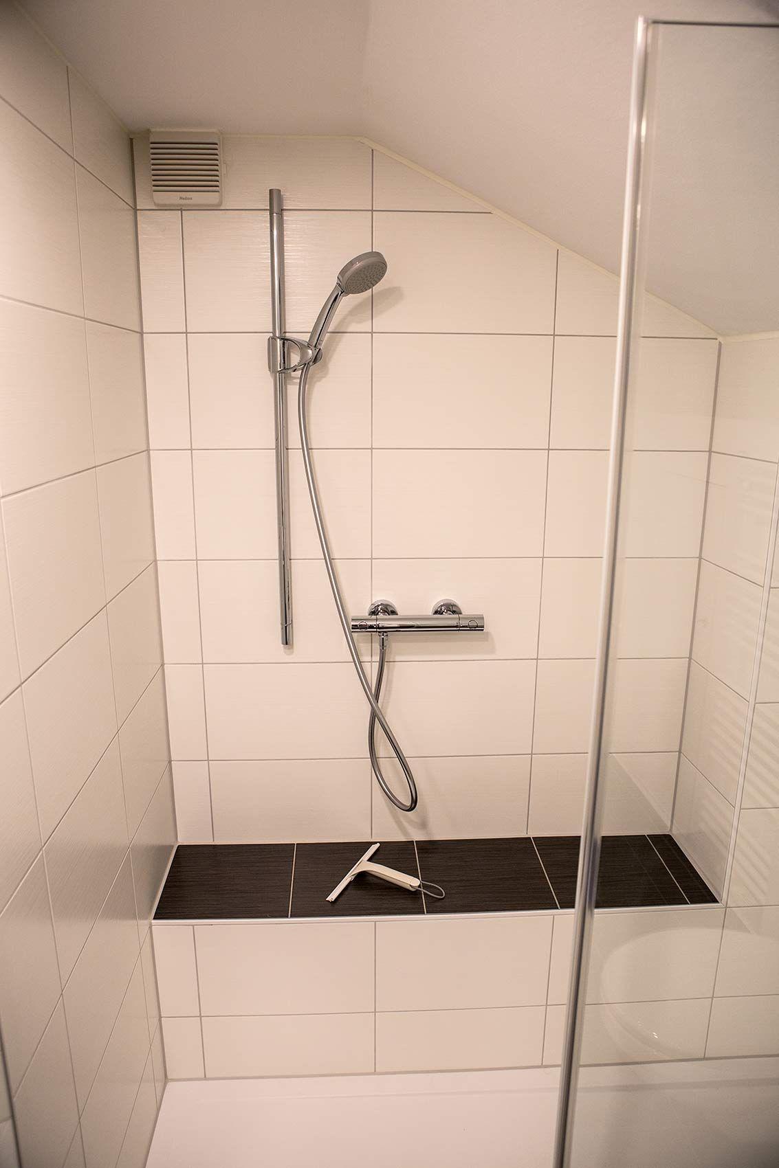 Dusche Mit Sitzbank Deren Sitzflache Mit Fliesen In Anthrazit