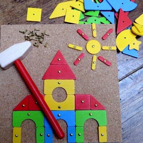 jeu cr atif avec son marteau et ses clous planter sur. Black Bedroom Furniture Sets. Home Design Ideas
