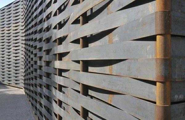 Moderne Gartenzäune schaffen Sichtschutz im Außenbereich Fence
