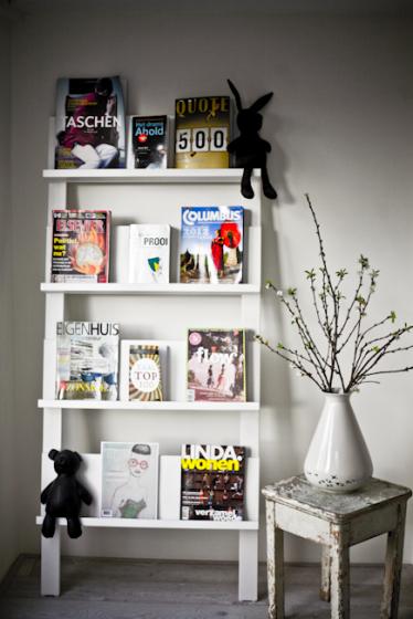 Rek met daarin de verschillende tijdschriften van nsmbl - Tijdschrift interieur decoratie ...