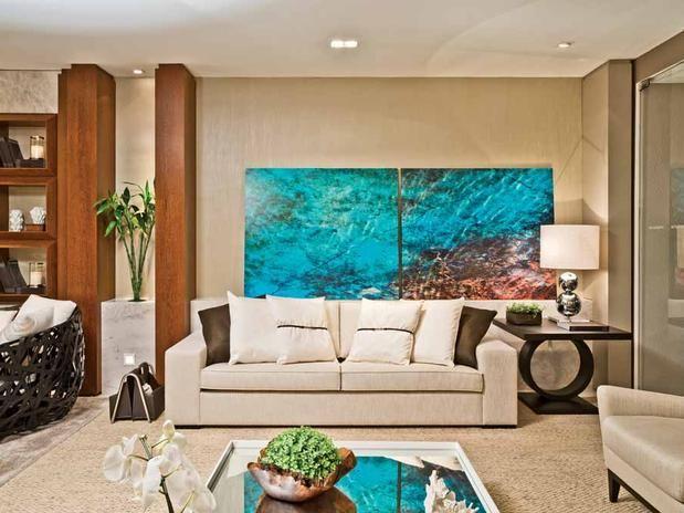 Este living tem uma decoração contemporânea, leve e confortável. Ideal para o verão!  Foto: Decoratta
