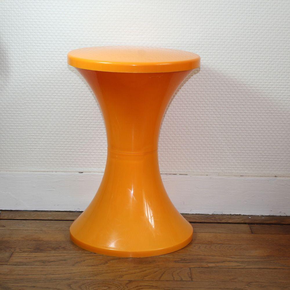 tam tam est un tabouret en plastique cr en 1968 par henry massonnet fabriqu par la soci t. Black Bedroom Furniture Sets. Home Design Ideas