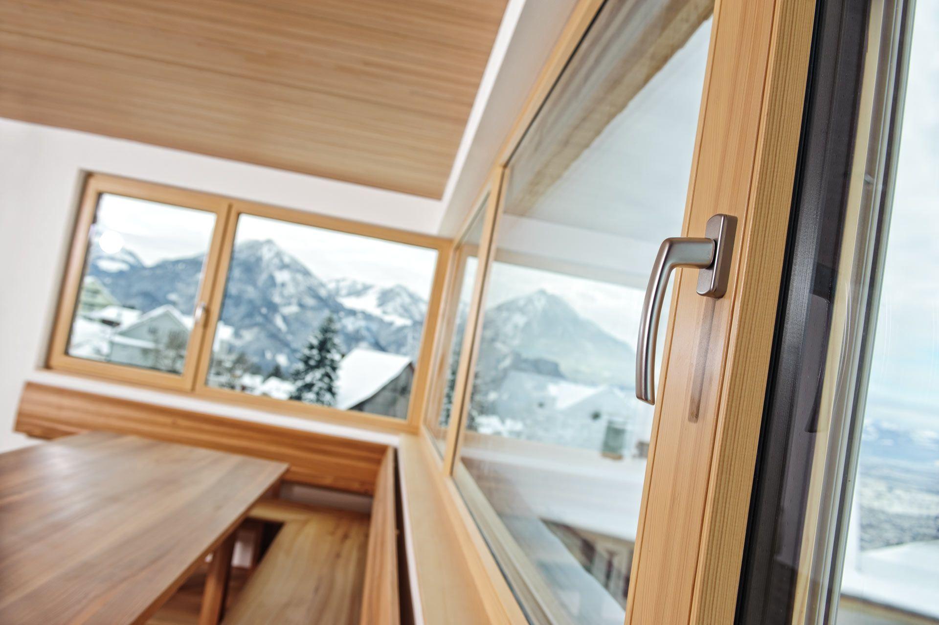 Wohndesign interieur badezimmer holz oder kunststofffenster  wood chisel sandpaper and door handles