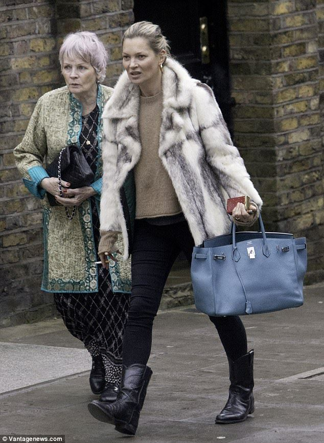 happy shoppers kate moss was spotted going christmas shopping with her mother linda in no