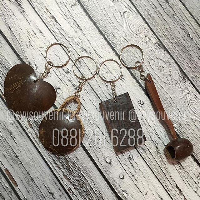 Souvenir Gantungan Kunci, Bentuk Campur Terbuat Dari Bahan