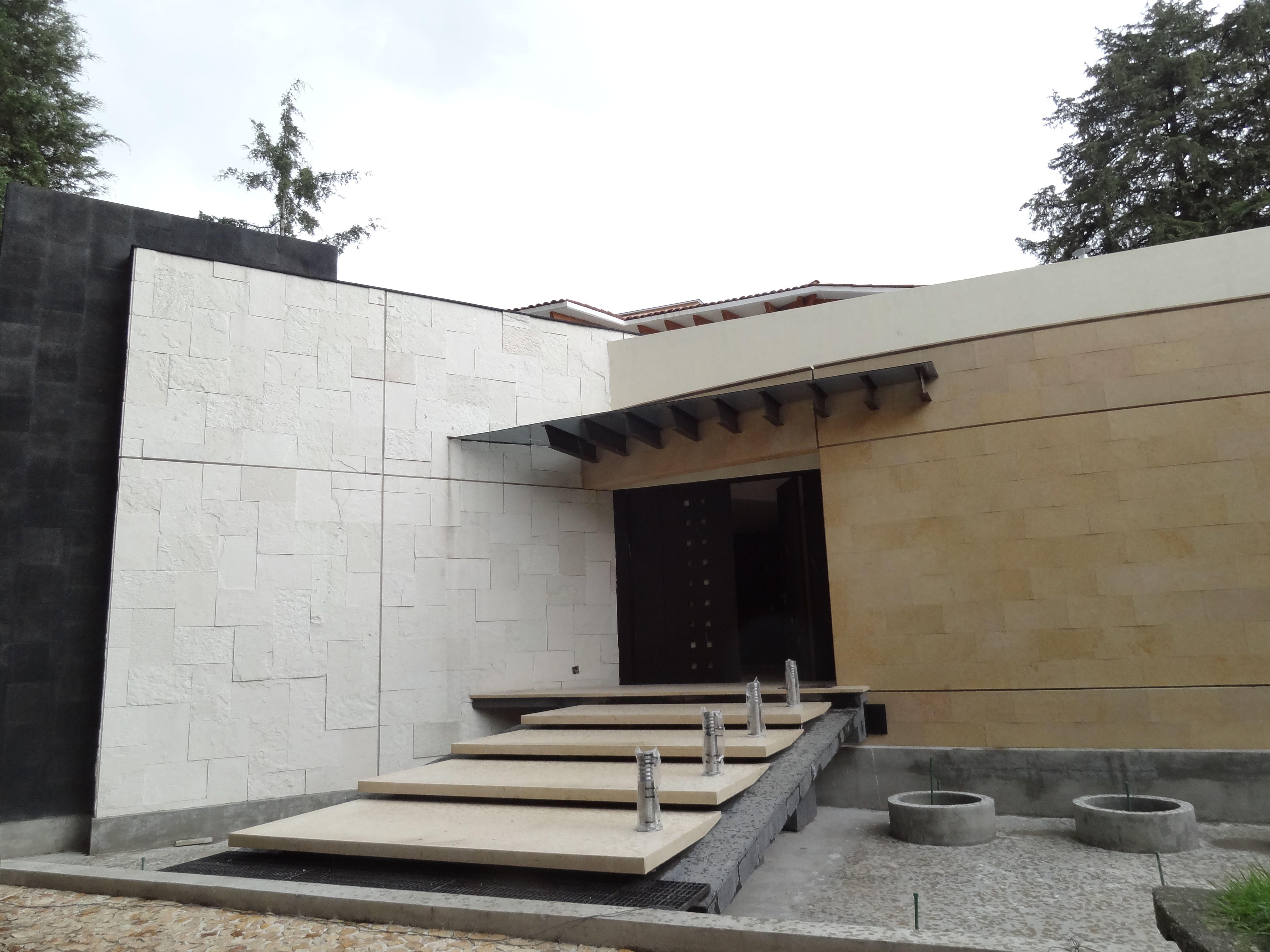 La casa 5m ubicada en el estado de mexico la fachada - Fachadas de casas con piedra ...