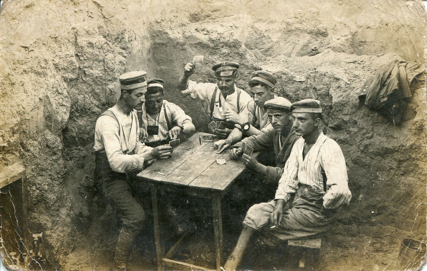 WW1. German soldiers playing cards  in the corner of a trench… WW1. soldats allemands jouant aux cartes dans le coin d'une tranchée ...