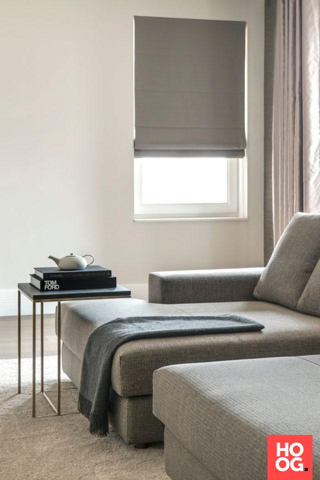 Moderne woonkamer inrichting met luxe zitbank en design salon tafel ...