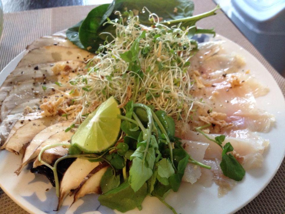 06ebd6ab1 Sashimi de portobelo y pescado, aderezado con aceite de oliva, limón,sal,  cebollas capeadas y pimienta negra.