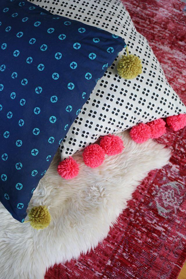 20 amazing diy poufs pillows floor pillows comfy and pillows 20 amazing diy poufs pillows solutioingenieria Images