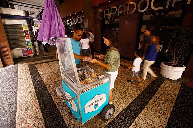 Ambulantes da Estação Brigadeiro, fundada há oito meses, vendem 4.000 doces por dia