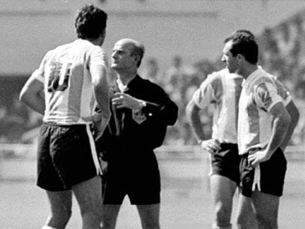 23 de julio -- De 1966 el futbolista Antonio Rattín se sentó sobre la alfombra roja del palco de la reina al ser expulsado en Wembley durante el mundial de fútbol Inglaterra '66 causando gran revuelo. Luego de ese partido se crea la Tarjeta Amarilla y Tarjeta Roja para la utilización.