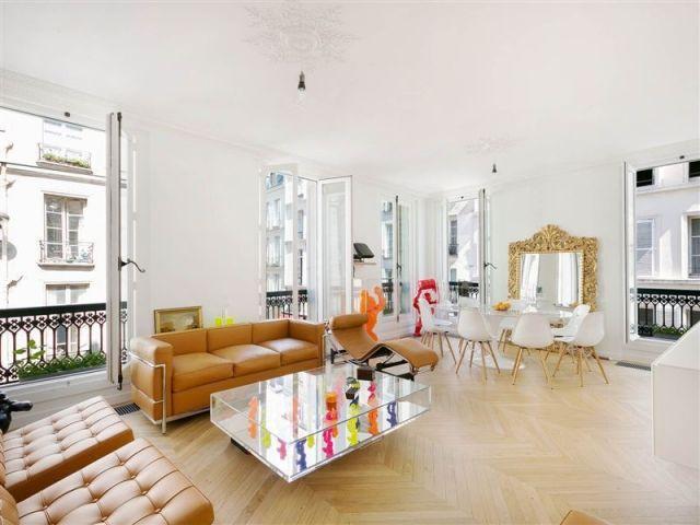 wohnzimmer-weiß-ledersofa-design-klassiker-barock-spiegelrahmen - wohnzimmer design weiss