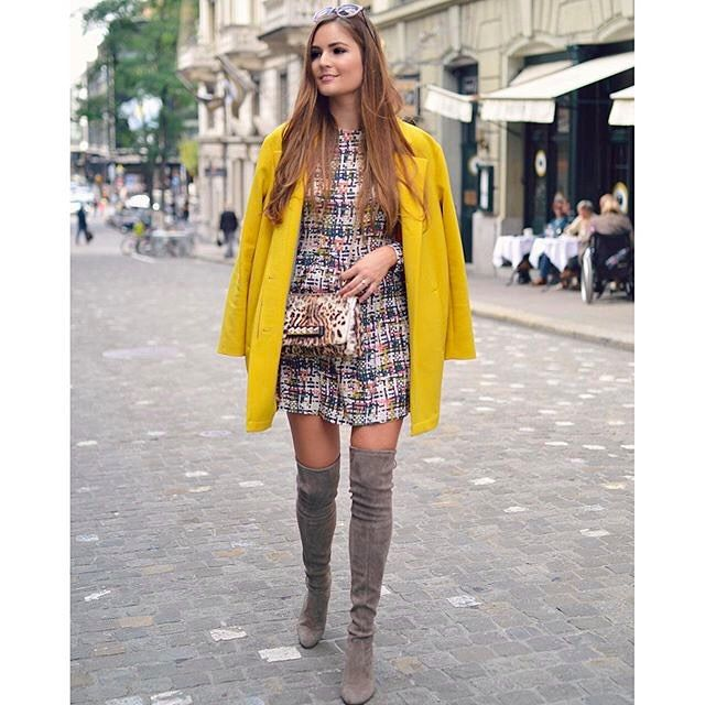 Invest in a colorful piece of outerwear for fall to later up in statement style ala @lara.caspari |