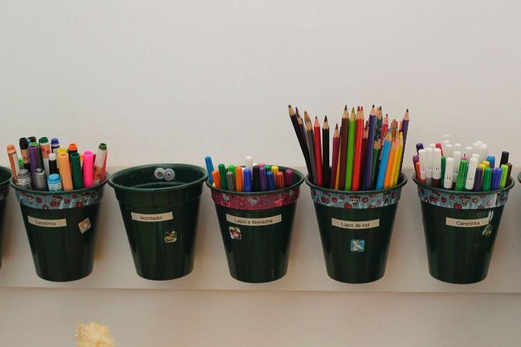 Aliadas da arrumação, as etiquetas determinam o que será guardado em cada um dos baldes. Quem dá a dica é a organizadora pessoal Cristina Papazian