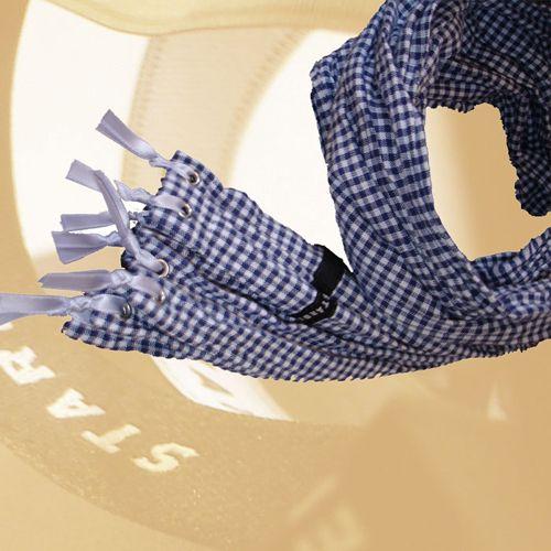Baumwollschal in klassischem Küchenkaro-Design mit Metallösen und Satinfransen.