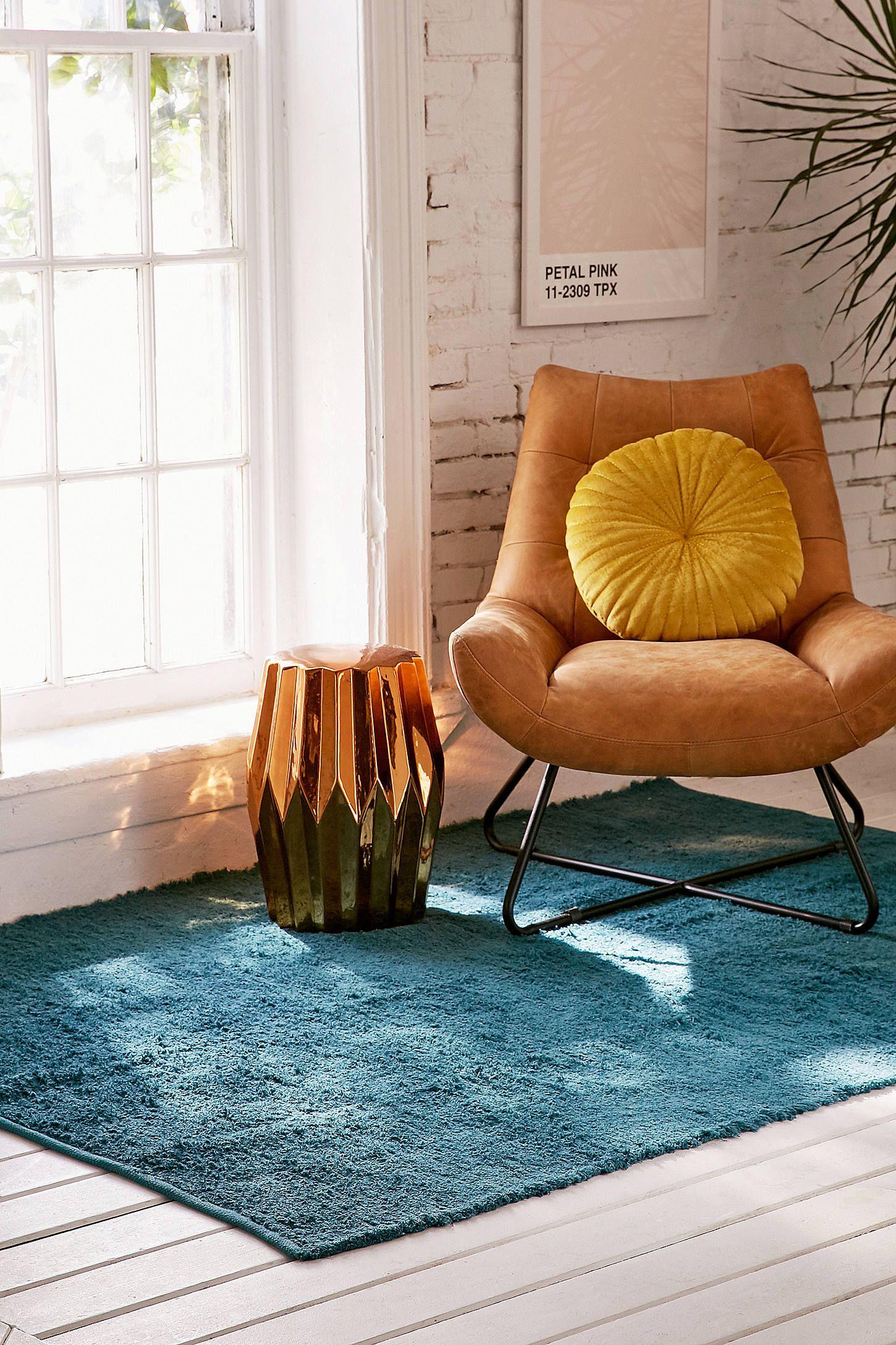 """Shoppe heute noch Zotteliger Teppich """"Dani"""" in Blau 5 x 7 Fuß von Urban Outfitters Wir haben hier alle neuesten Styles Farben und Marken zur Wahl"""