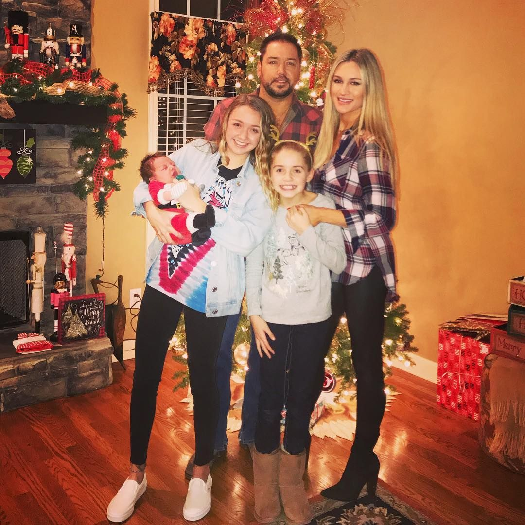 Merry Christmas everybody from the Aldean Crew. 🎅🏼 | Jason aldean, Celebrity families, Celebrity ...
