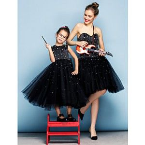 ĐẦM ĐÔI DỰ TIỆC 8302 TUTUPETTI http://tutupetti.com/dam-me-va-be-ket-hoa-1691-539.html màu đen, thân trên đính kim sa lấp lánh, chân váy xòe xếp li. Đầm đôi dự tiệc cho mẹ và bé được Tutupetti thiết kế và sản xuất giúp cho Mẹ con xích lại gần nhau hơn.  Bằng những chất liệu cao cấp được tuyển chọn, những mẫu đầm cho mẹ và bé luôn đạt chất lượng tốt.