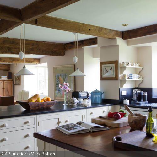 Die großen Arbeitsplatten der offenen Küche im Landhausstil bieten viel Platz zum Kochen, Zubereiten oder auch einfach nur zum Abstellen von den Einkäufen. Die …