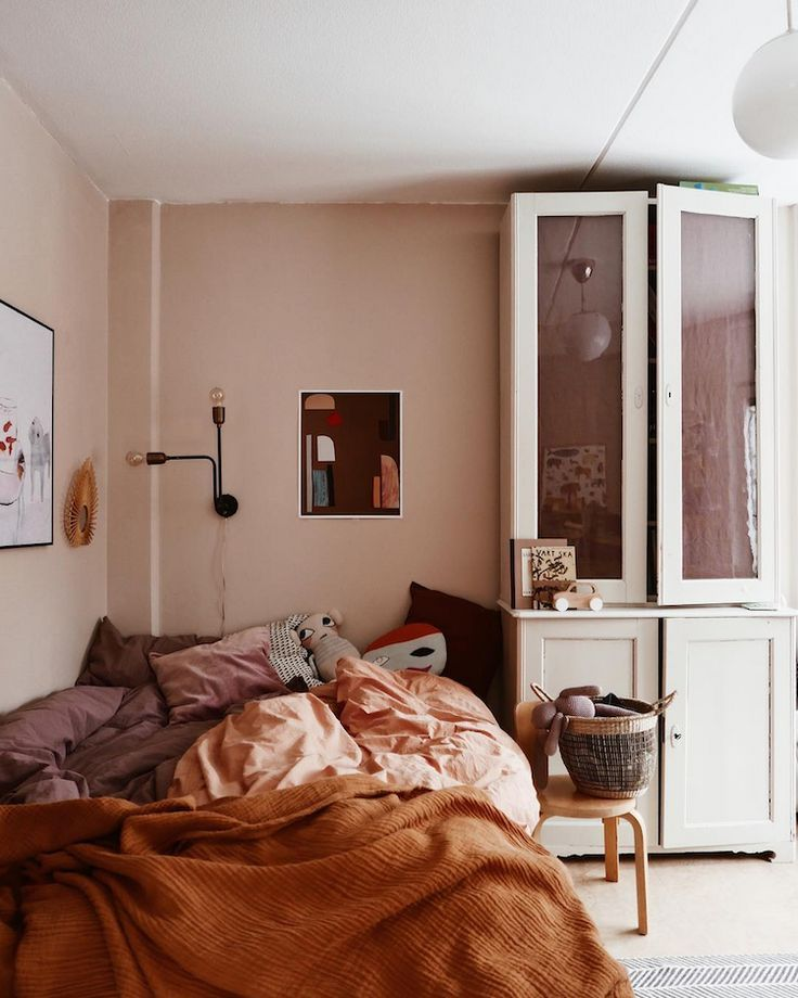 Chestnut and rust Tones In A Delightful Swedish girls bedroom - #Bedroom #Chestnut #Delightful #Girls #Rust #scandinave #Swedish #Tones #girlsbedroom