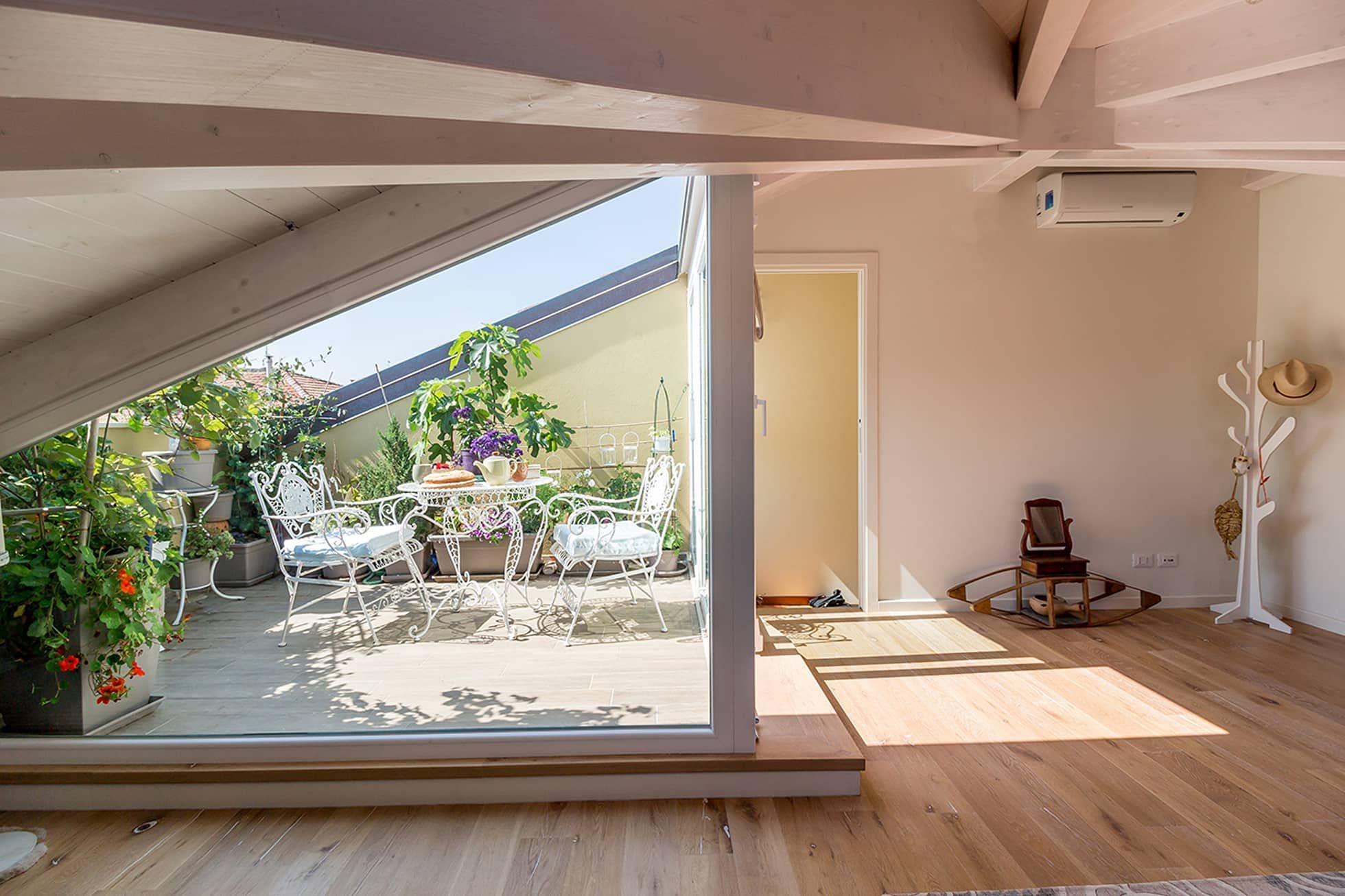 Parete vetrata in mansarda in stile di bartolucci for Case realizzate da architetti