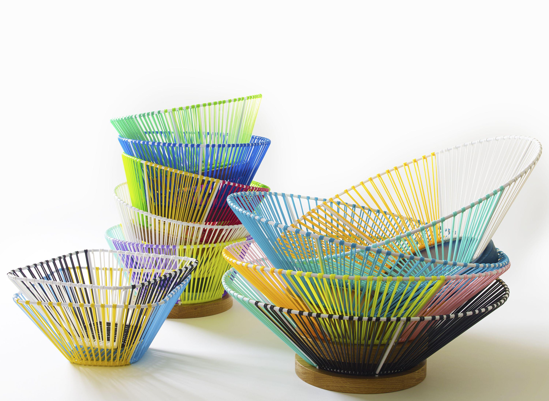 I cesti Over the Rainbow della giovane designer francese Elsa Randé si ispirano agli anni '50 e nascono dall'intreccio di fili di PVC associati a legni pregiati.