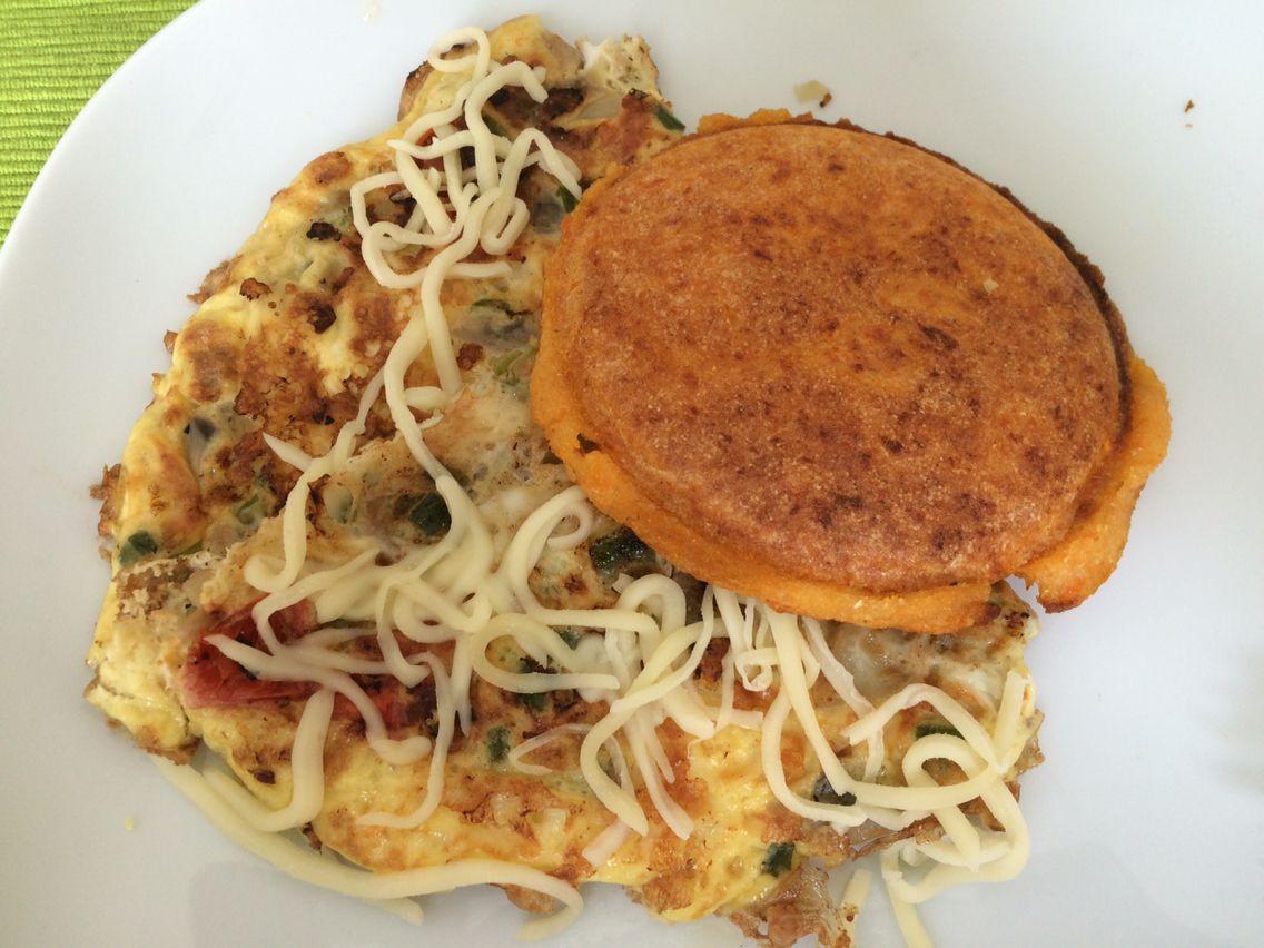 Deliciosa arepa de batata con tortilla de huevo, champiñones, tomates cherry, cebollin, quedo mozarella! Provecho