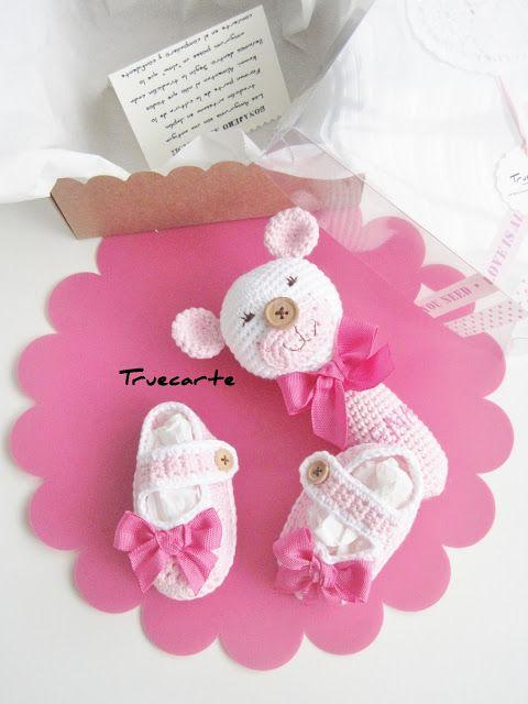 Zapatitos y sonajero osito rosa. 100% algodón by Truecarte