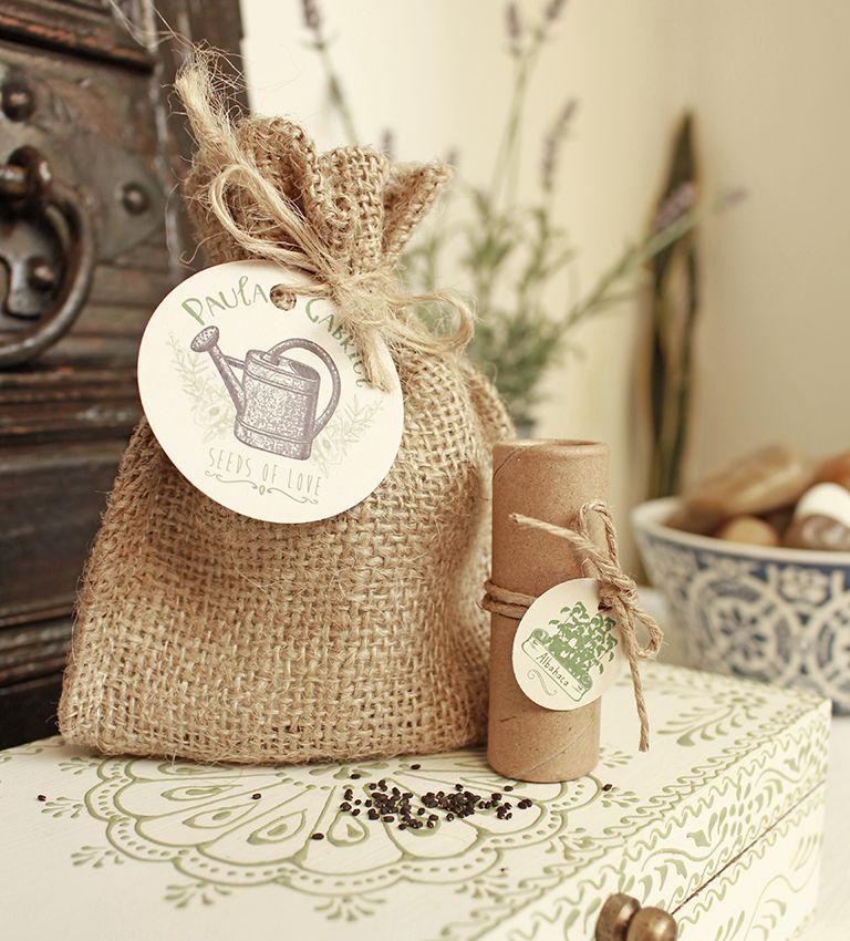 Saquito con semillas a elección. Incluye: Saco arpillera, etiqueta personalizada, tubito ecológico con semillas y etiqueta.
