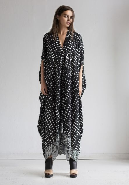 KAFTAN AGAVE BLACK   WHITE in the group All items   Dresses at Rodebjer  Form AB (AGAVE DROP BLACK) ca9b852f6f772