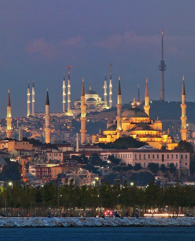 صورة رائعة لمآذن جامع السلطان أحمد وجامع قمة تشاملجا أكبر جامع في تركيا يقع بالطرف الآسيوي بإسطنبول واقعيا المس Turkish Architecture Istanbul Turkey Istanbul