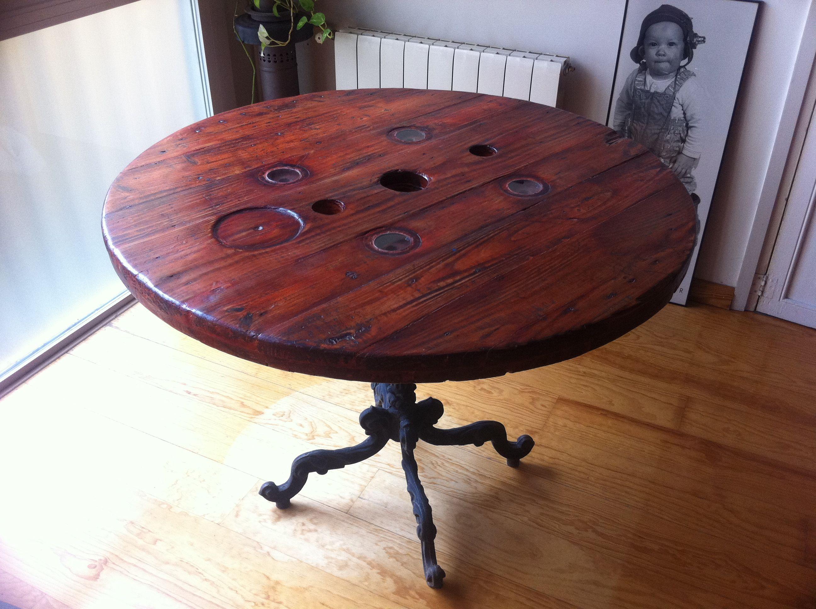 Mesa fabricada con carrete de madera