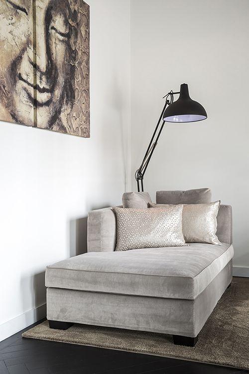 chique leeshoek in woonkamer met industrile lamp als eyecather foto denise keus stijlvol wonen sanoma regional belgium nv