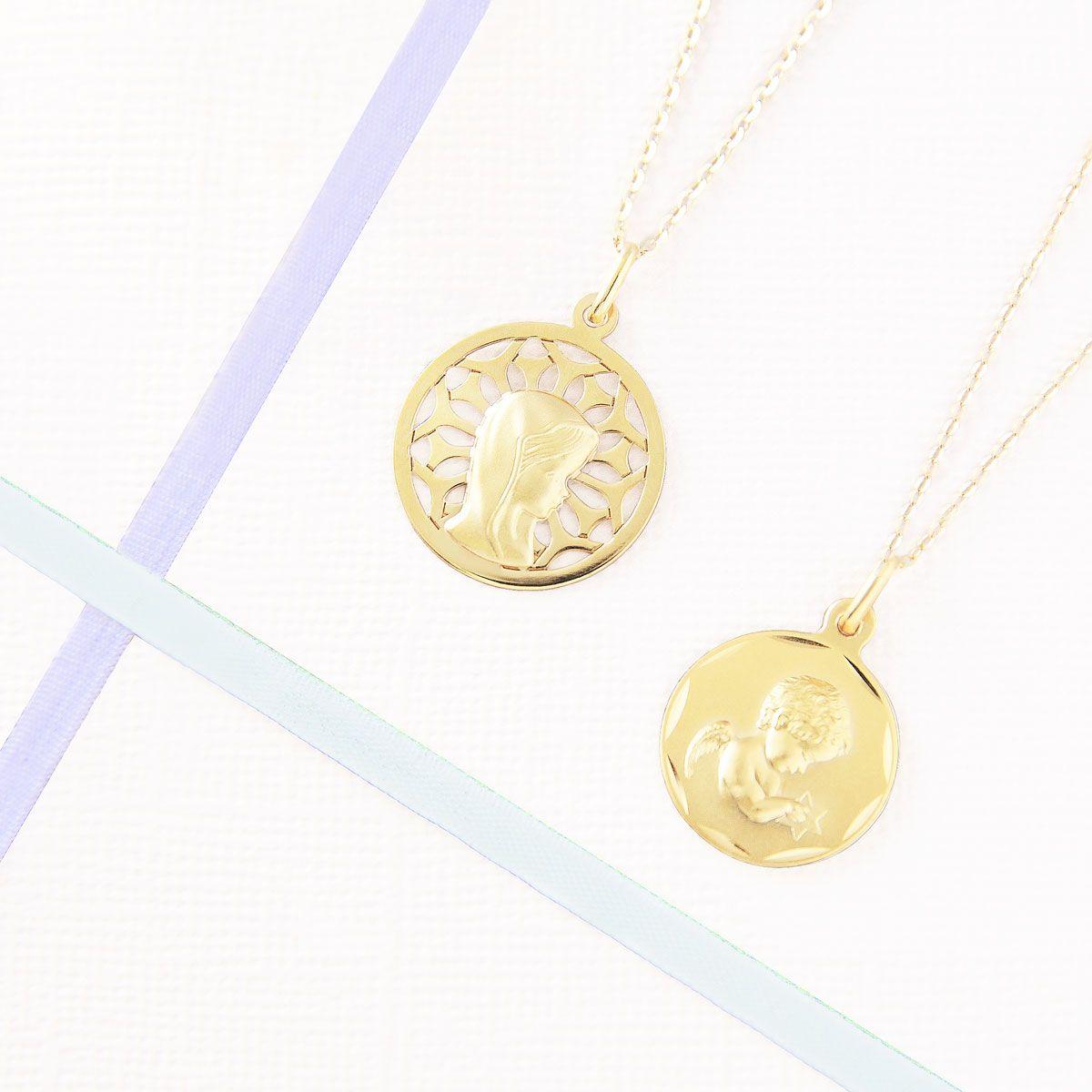 fb9f449118f3 Medallas de comunión en oro amarillo. Medalla virgen niña y colgante de  angelito con cadena