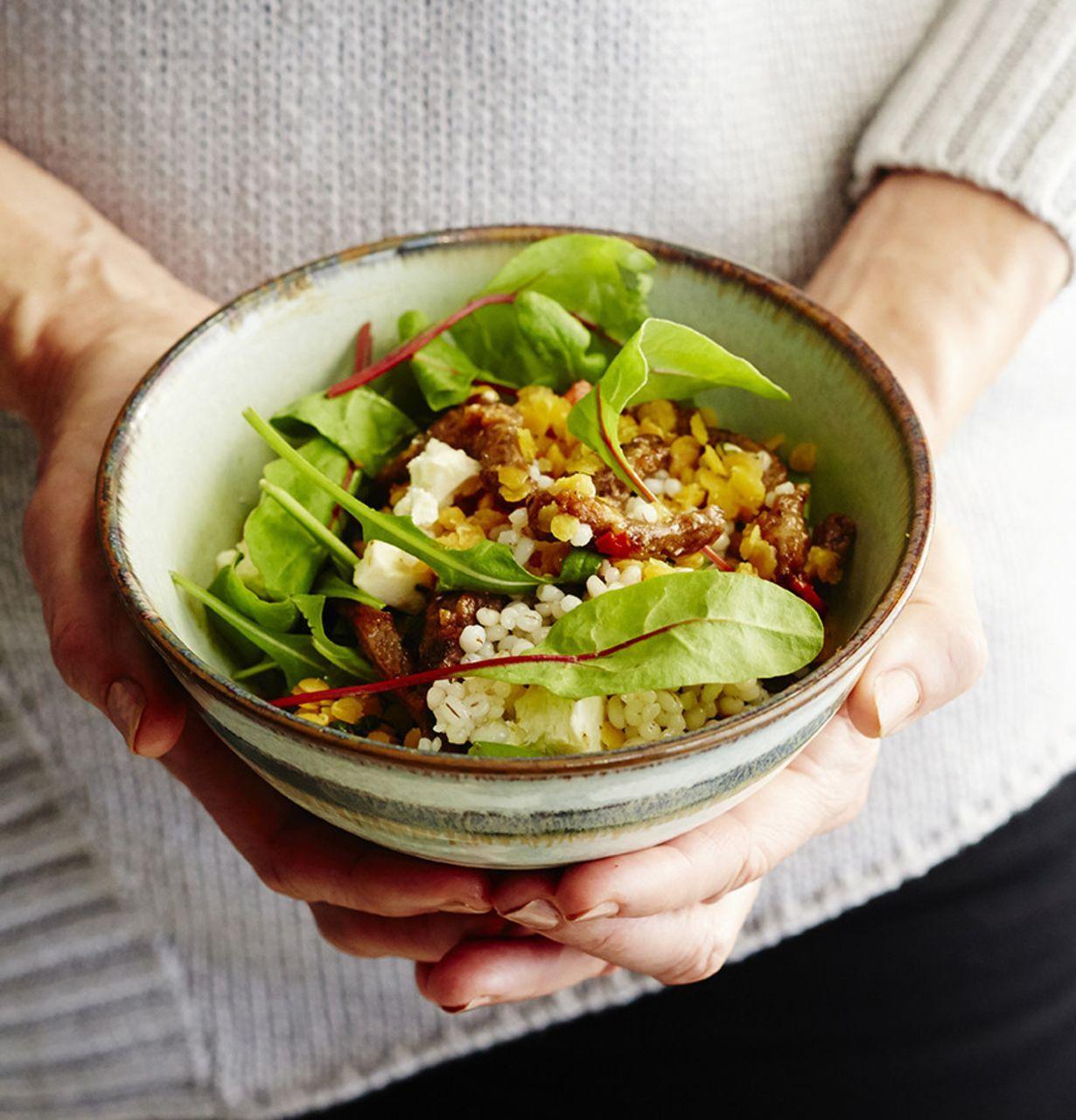 Tee oma kulhoruoka. Poimi annokseen omia lempimakuja; maustettua fetaa, appelsiinilinssejä, maapähkinänautaa ja viljavaa ohraa.