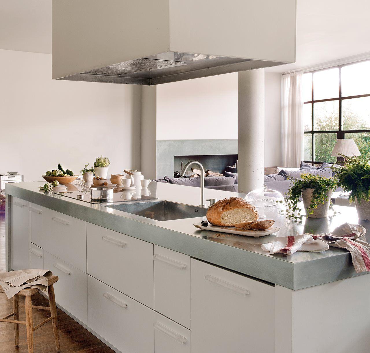 Amplia cocina blanca con isla y banco de madera | Almacén convertido ...