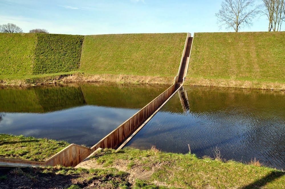 """El Puente de Moisés en Holanda.  No, tus ojos no te engañan – las aguas se han abierto!. Este increíble puente """"hundido"""", ubicado en los Países Bajos está dando a los visitantes una manera única de acceder a una hermosa fortaleza holandesa del siglo XVII. Leer más http://ecoinventos.com/el-puente-de-moises/"""