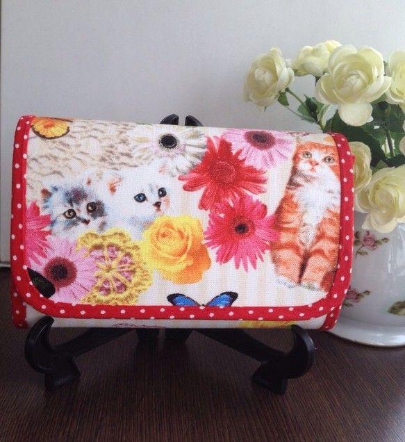 猫とカラフルなお花や蝶々が鮮やかに描かれたキャンディパーティの生地で作ったお財布です。持ってるだけで、華やかな気分にしてくれます。サイズ  横150mm  縦... ハンドメイド、手作り、手仕事品の通販・販売・購入ならCreema。