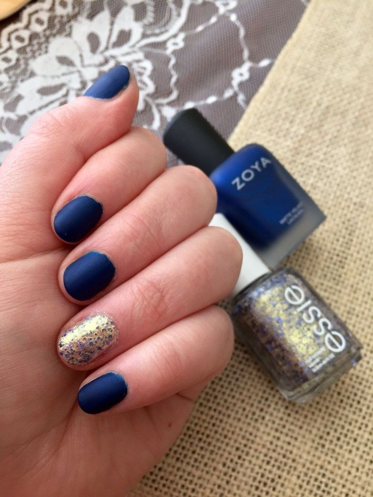 Beautiful Winter Glitter Accents For Short Nails 27 Blue