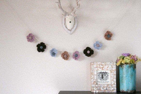 ブラウン、ラベンダー、ライトブルー、モカ色の4色の毛糸を使いお花の部分を編みました。 ブルーグレーとあずきミルク色のくるみボタンを作りお花の中心にしました。 ...|ハンドメイド、手作り、手仕事品の通販・販売・購入ならCreema。