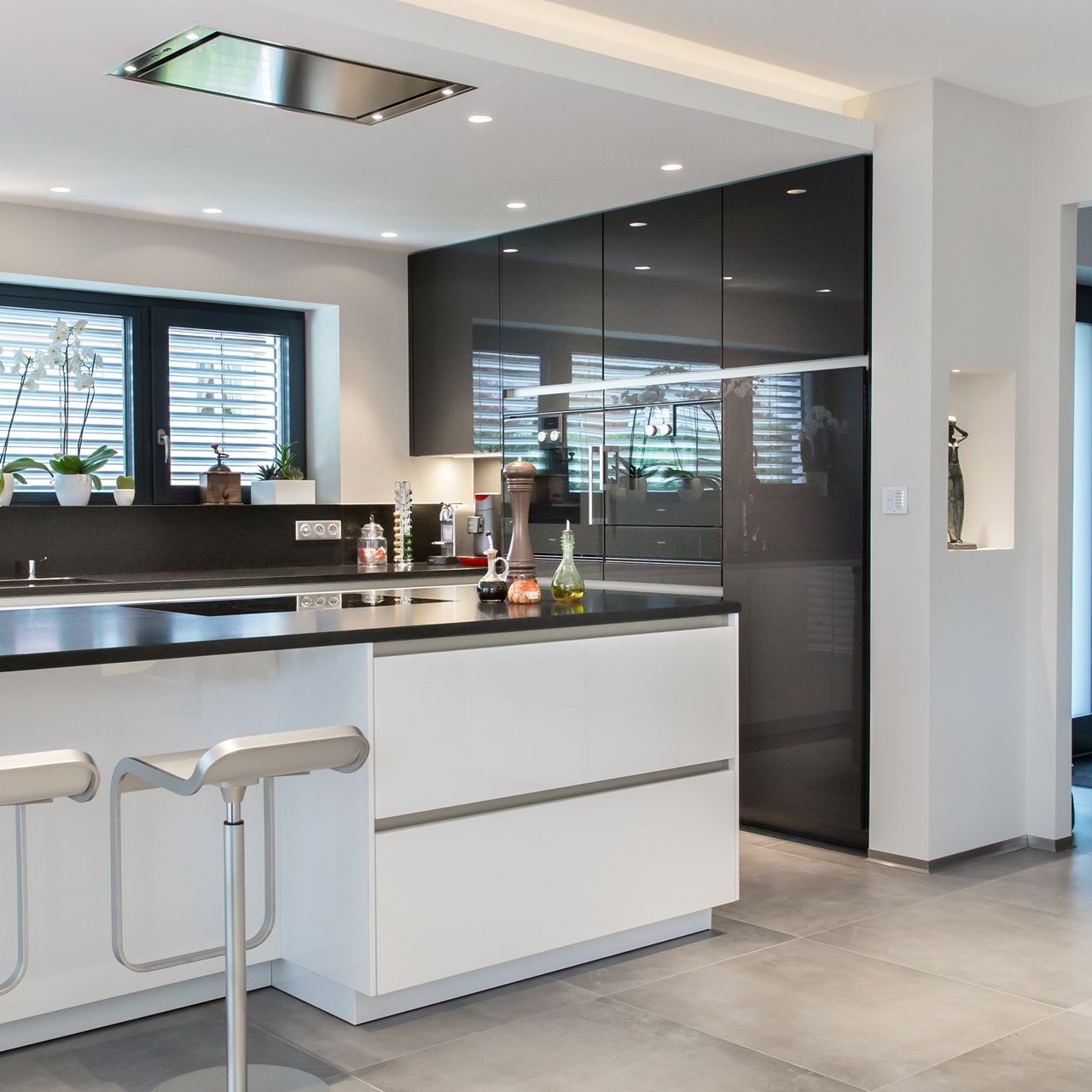 Sleek Modern Black And White SieMatic Kitchen In An Energy - Colmar cuisine creation