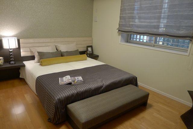 インテリアコーディネート ベッドルーム・寝室|グレイッシュブラウン系の シェードやカバーにからし色 がポイント。フットスローで ゆったりロハスな気分?