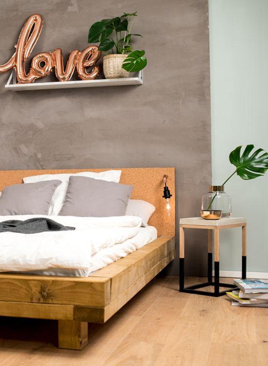 Palettenbett Bauen Ganz Einfach Hier 2 Praktische Varianten In 2020 Bett Selber Bauen Bettrahmen Ideen Palettenbett