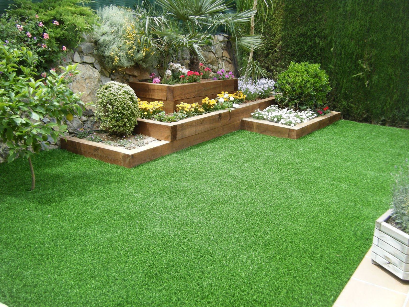 Jadin con traviesas cesped artificial jardin for Jardines pequenos con cesped